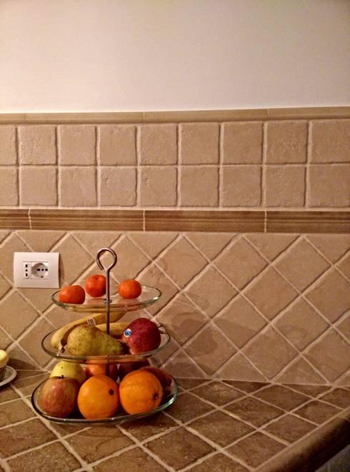 piastrelle marca Corona: Cucina in stile  di Francesca Ianni architetto