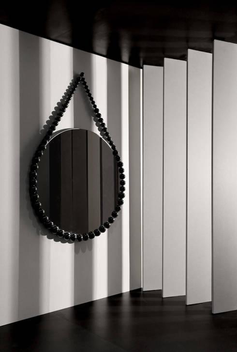 Bead Mirror: moderne Woonkamer door Vroonland