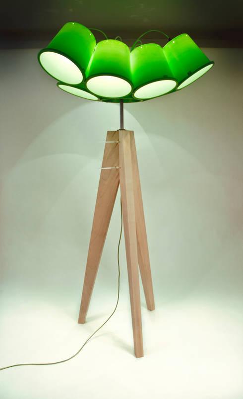 Light Emitting Fake Plastic Tree: industriale Wohnzimmer von breadedEscalope