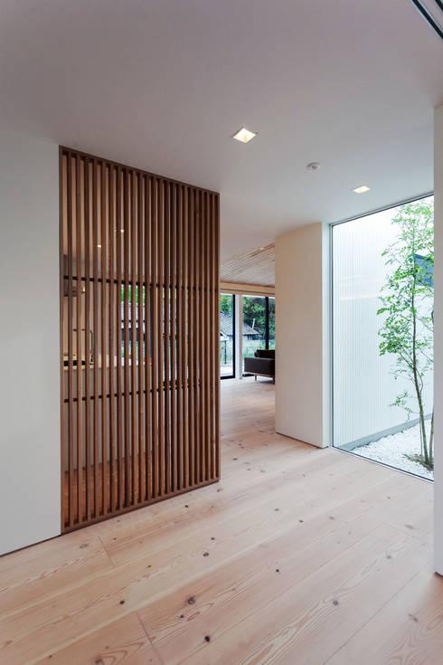 飯塚の住宅: MAアーキテクト一級建築士事務所が手掛けた廊下 & 玄関です。