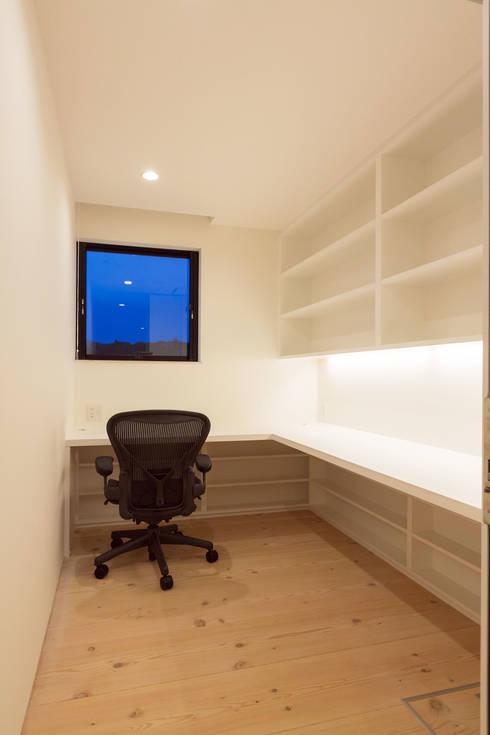 飯塚の住宅: MAアーキテクト一級建築士事務所が手掛けた書斎です。