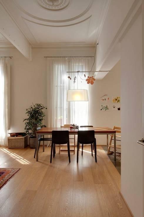 Reforma vivienda en el Barrio de Gracia en Barcelona: Comedores de estilo moderno de Room Global