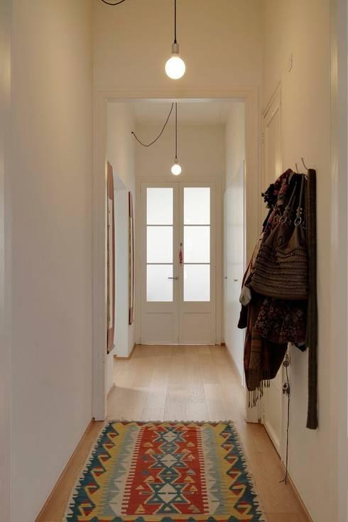 Reforma vivienda en el Barrio de Gracia en Barcelona: Pasillos y vestíbulos de estilo  de Room Global