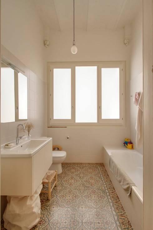 Reforma vivienda en el Barrio de Gracia en Barcelona: Baños de estilo moderno de Room Global
