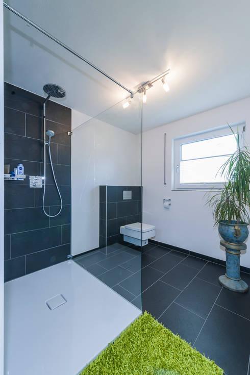 Projekty,  Łazienka zaprojektowane przez KitzlingerHaus GmbH & Co. KG
