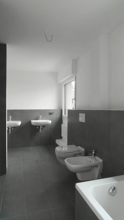 Studio Becher: Kernsanierung in Wiesbaden, 2014: klassische Badezimmer von homify