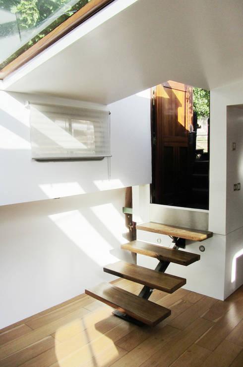 Projekty,  Korytarz, przedpokój zaprojektowane przez tina merkes architecte