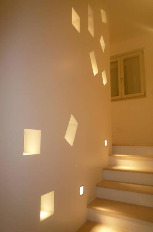 Casa Marano : Ingresso, Corridoio & Scale in stile in stile Moderno di raffaele iandolo architetto