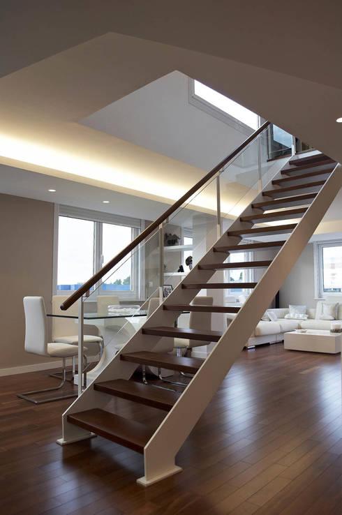 Pasillos y vestíbulos de estilo  por Intra Arquitectos