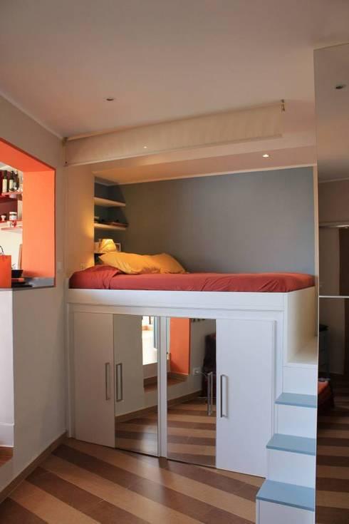 """La zona notte """"aperta"""": Camera da letto in stile  di UAU un'architettura unica"""