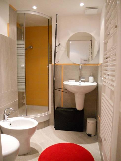 Il bagno: Bagno in stile  di UAU un'architettura unica