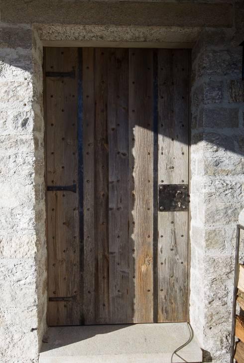 Porte blindate: Case in stile  di DF Design