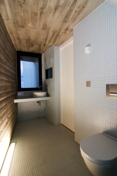 Vivienda Ortigal Bajo: Baños de estilo minimalista de Alicia Toledo
