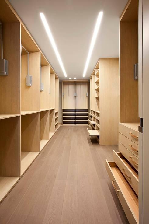 Rehabilitación de ático en Turó Park, Barcelona: Vestidores de estilo minimalista de MANO Arquitectura