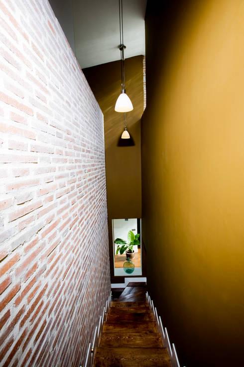 Pasillos y recibidores de estilo  por IPUNTO INTERIORISMO