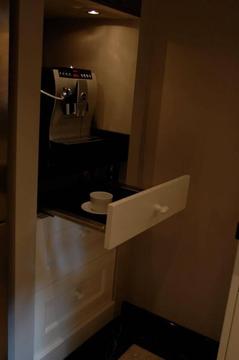 Klassieke Keukens: minimalistische Keuken door Designed By David
