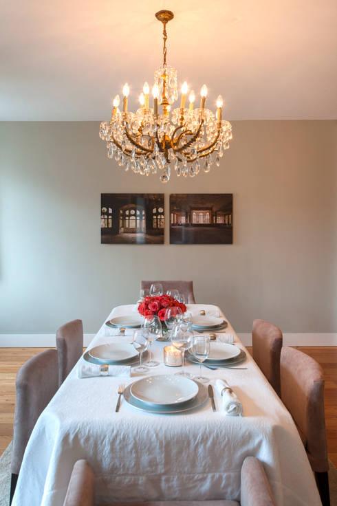living room: Salas de jantar clássicas por Home Staging Factory