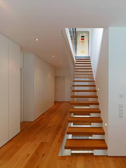 offene Treppe:  Flur & Diele von bdmp Architekten & Stadtplaner BDA GmbH & Co. KG