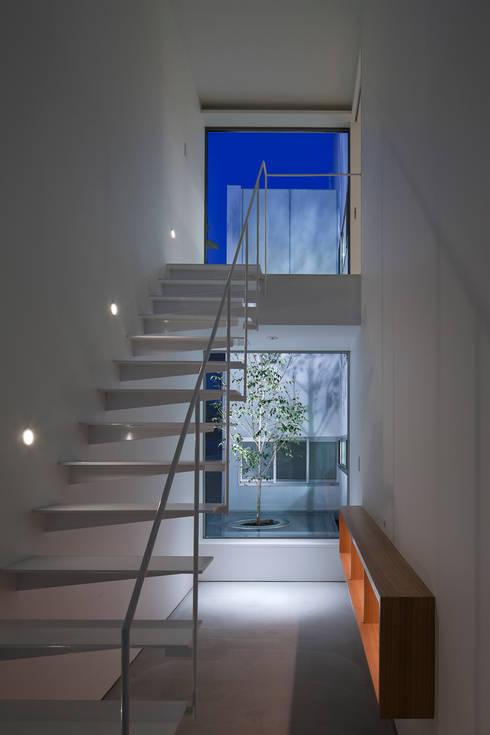 ODAWARA COURTYARD HOUSE: AIDAHO Inc.が手掛けた廊下 & 玄関です。
