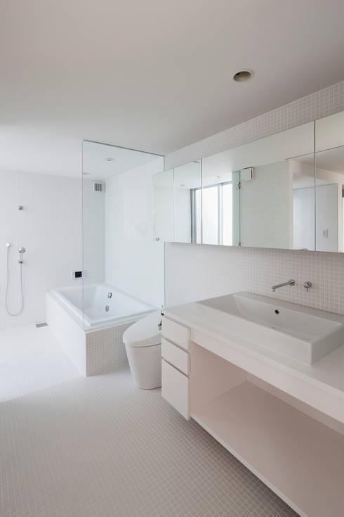 ODAWARA COURTYARD HOUSE: AIDAHO Inc.が手掛けた浴室です。