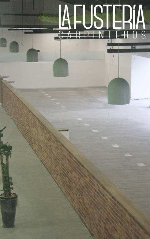Remate de muro en Fórmica: Gimnasios de estilo moderno por La Fustería - Carpinteros