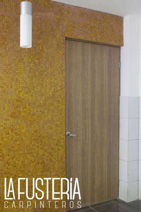 Puerta en Fórmica: Gimnasios de estilo moderno por La Fustería - Carpinteros