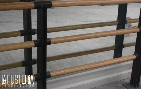 Barandal de Encino: Gimnasios de estilo moderno por La Fustería - Carpinteros