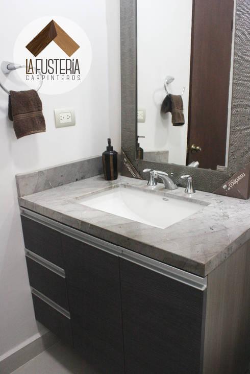Muebles de baño fabricados en laminado texturizado.: Baños de estilo  por La Fustería - Carpinteros