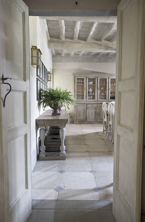 Casale sulle colline di Firenze: Sala da pranzo in stile  di Antonio Lionetti Home Design