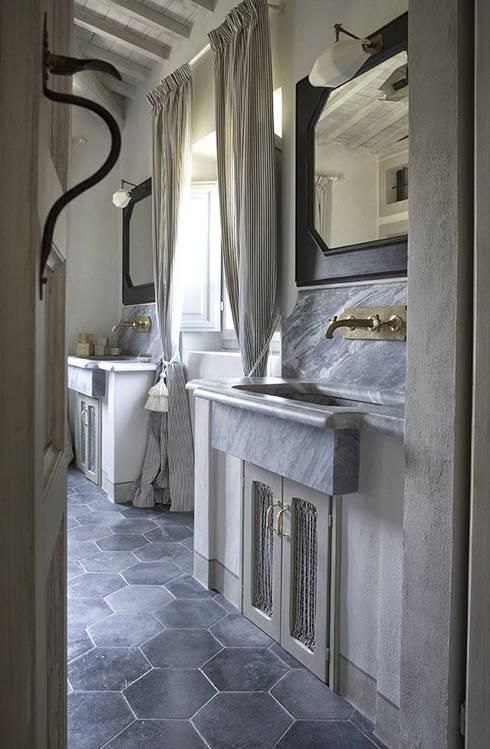 Casale sulle colline di Firenze: Bagno in stile in stile Rustico di Antonio Lionetti Home Design