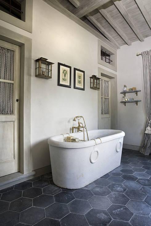 Casale sulle colline di Firenze: Bagno in stile  di Antonio Lionetti Home Design