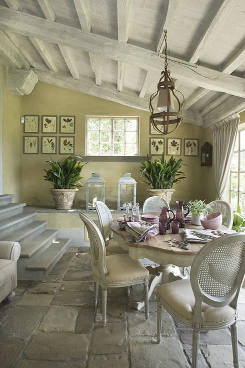 Casale sulle colline di Firenze: Balcone, Veranda & Terrazzo in stile  di Antonio Lionetti Home Design