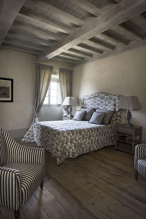 Casale sulle colline di Firenze: Camera da letto in stile in stile Rustico di Antonio Lionetti Home Design