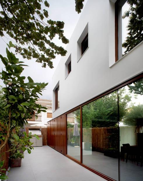 Construcción de vivienda unifamiliar en Vilassar de Mar, Maresme, Barcelona: Casas de estilo minimalista de THK Construcciones
