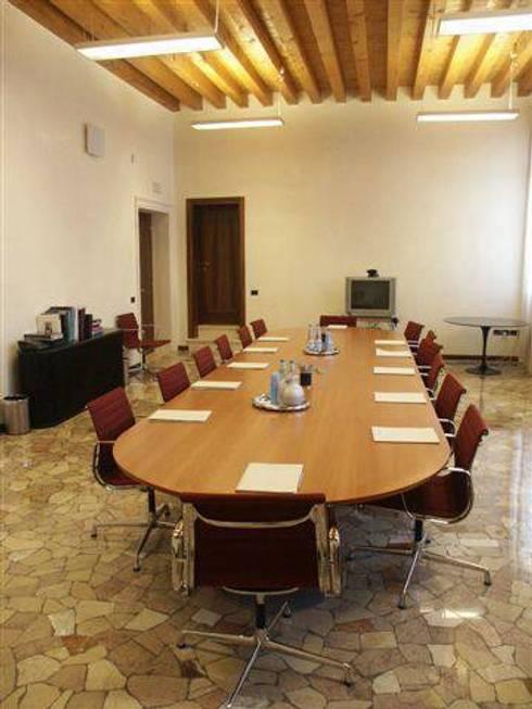 La sala consiglio modulare.: Sala multimediale in stile  di Giuseppe Maria Padoan bioarchitetto - casarmonia progetti e servizi