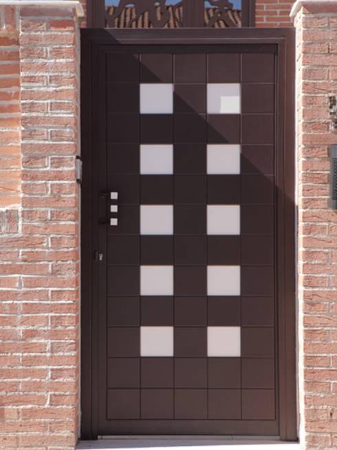 Ventanas y puertas de estilo  por Puerta Bonita