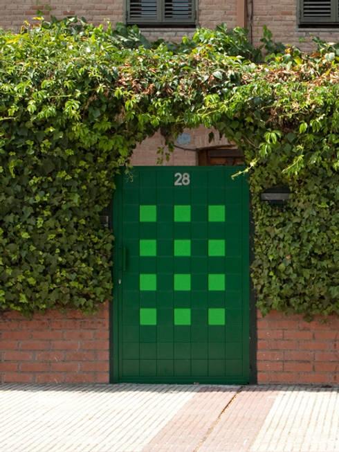 Puertas y ventanas de estilo  por Puerta Bonita