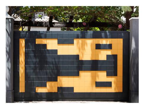 Puerta de garaje corredera Pixéling®: Puertas y ventanas de estilo moderno de Puerta Bonita