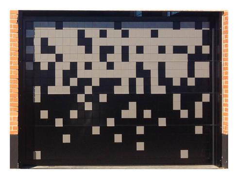 Puerta de garaje Seccional Pixéling®: Puertas y ventanas de estilo moderno de Puerta Bonita