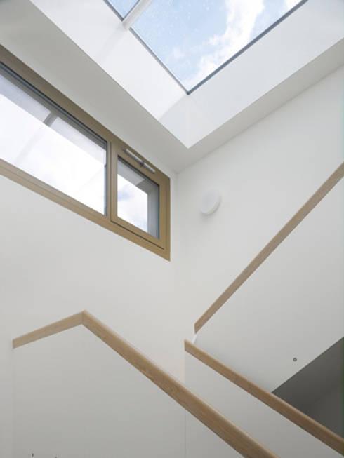 Doppelvilla am Jurasüdfuss:  Flur & Diele von ern+ heinzl Architekten