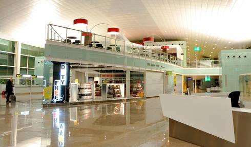 DEHESA SANTA MARIA. AEROPUERTO T-1 DE BARCELONA: Locales gastronómicos de estilo  de INTERTECH ESPACIO CREATIVO