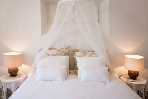 MASTER BEDROOM AFTER: Quartos coloniais por Home Staging Factory