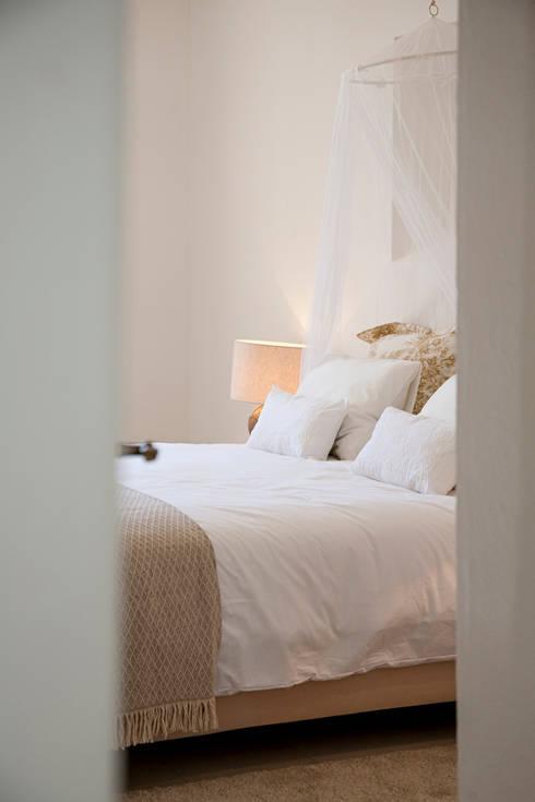 MASTER BEDROOM ENTRY: Quartos coloniais por Home Staging Factory