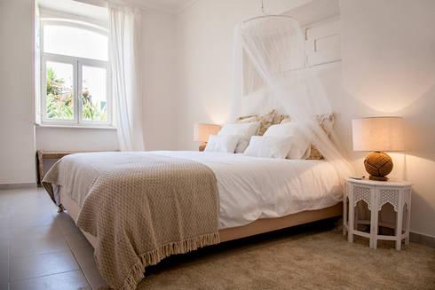 MASTER BEDROOM AFTER:   por Home Staging Factory