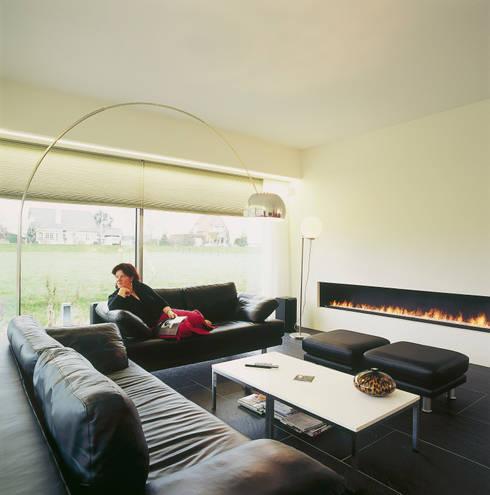 Woonkamer met haard: moderne Woonkamer door Leonardus interieurarchitect