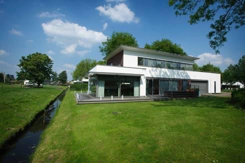 Parkwoning Nootdorp: moderne Huizen door Leonardus interieurarchitect