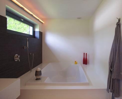 Ruim bad: moderne Badkamer door Leonardus interieurarchitect