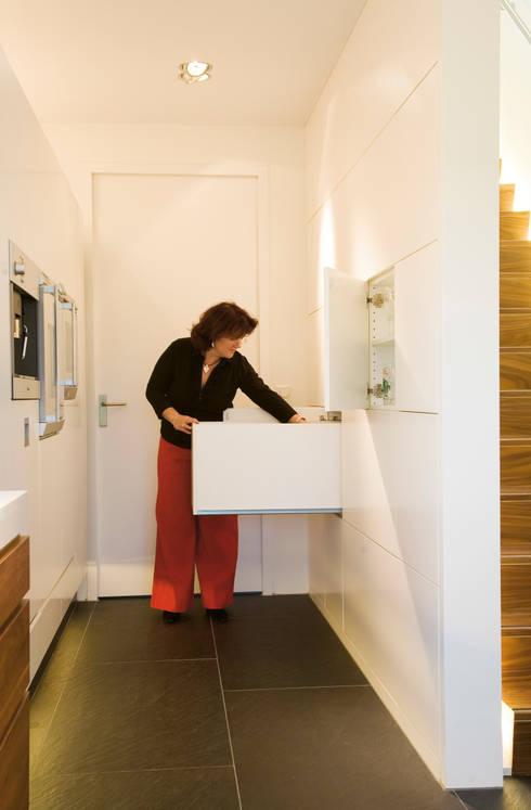 Kastruimte onder trap: moderne Keuken door Leonardus interieurarchitect