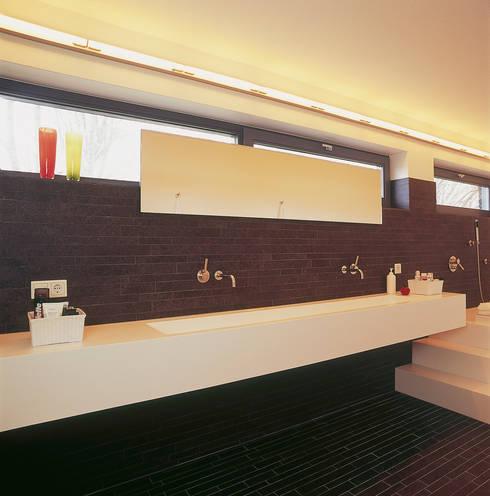 Badkamer met op maat gemaakte wastafel: moderne Badkamer door Leonardus interieurarchitect