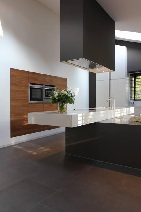 Kookeiland met vrijhangend werkblad:  Keuken door Leonardus interieurarchitect